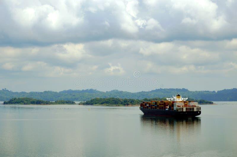 Navio de recipiente durante seu trânsito através do canal do Panamá foto de stock royalty free