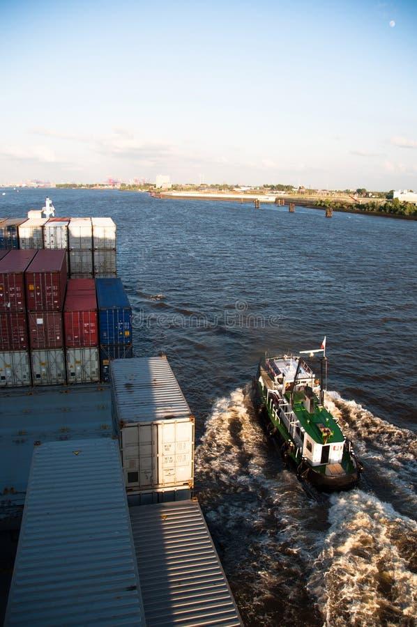 Navio de recipiente e Hamburgo de aproximação piloto fotos de stock royalty free