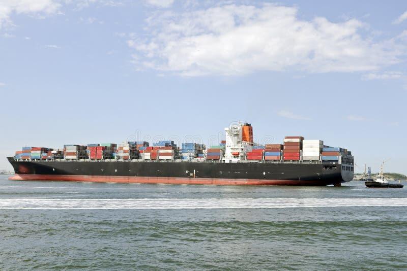 Navio de recipiente grande e barco piloto imagens de stock royalty free