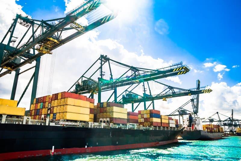 Navio de recipiente no porto de Antuérpia - Belgiu fotos de stock royalty free