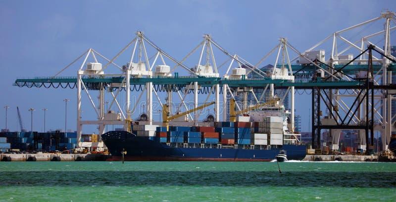 Navio de recipiente no porto comercial com recipientes imagens de stock