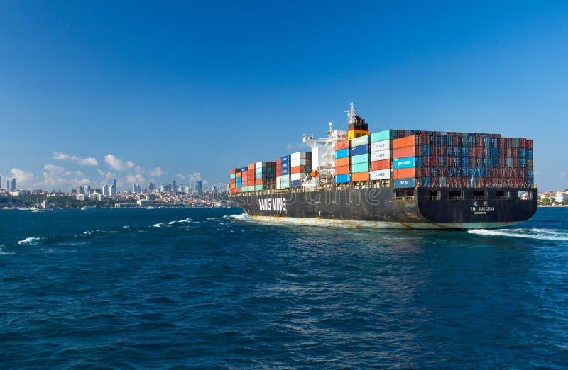 Navio de recipiente que entra em Bosphorus imagens de stock royalty free