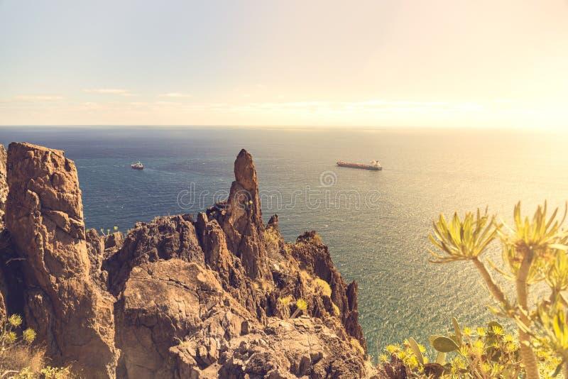 Navio de recipiente que passa perto da praia de Teresitas em Tenerife em Ilhas Canárias, Espanha imagens de stock
