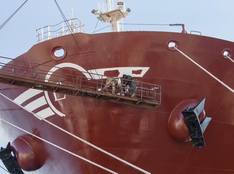 Navio de reparação dos trabalhadores do estaleiro Isolado Imagem conservada em estoque imagem de stock