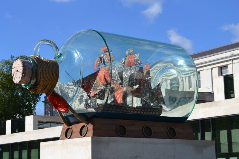 Navio de Yinka Shonibare Nelsons em uma garrafa Londres imagens de stock