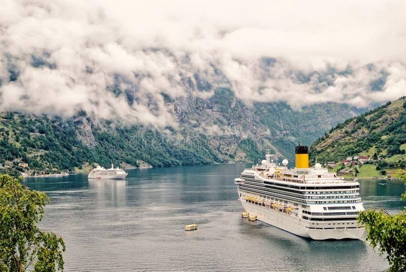 Navio do cruzador no fiorde, Noruega Navio de cruzeiros luxuoso em fiordes noruegueses foto de stock royalty free