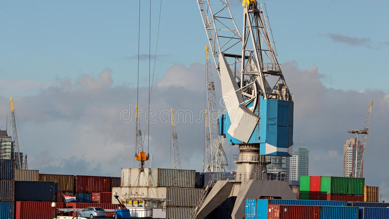 Navio do frete da carga com o recipiente empilhado no terminal do porto imagens de stock royalty free