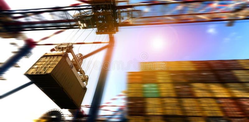 Navio do frete da carga do recipiente com a ponte de trabalho do guindaste durante o po imagem de stock