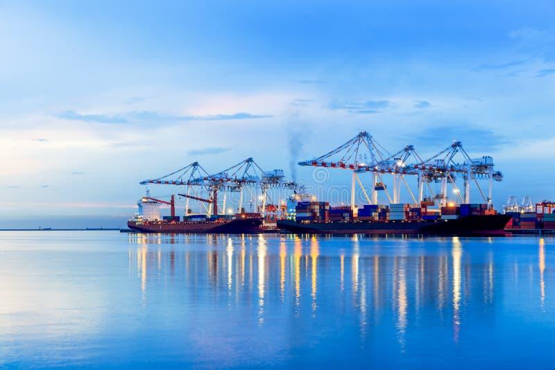Navio do frete do porto da carga do recipiente com a ponte de trabalho do guindaste em s fotografia de stock
