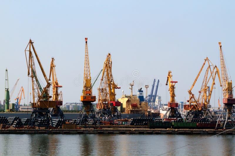 Navio do guindaste da carga e secador de grão no porto Odessa foto de stock