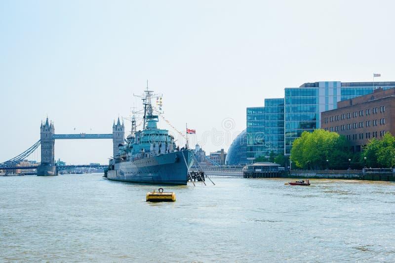 Navio do HMS Belfast e ponte da torre em Londres fotografia de stock