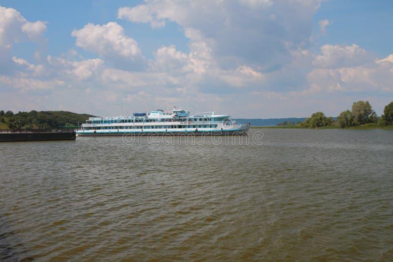Navio do motor do passageiro no golfo de Volga Búlgara, Rússia imagem de stock