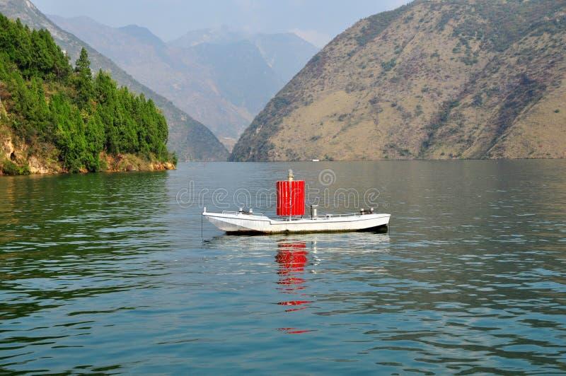 Navio do sinal em Yangtze Three Gorges pequeno em Wushan China imagens de stock royalty free