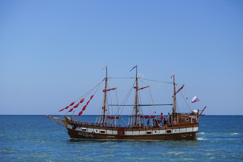 Navio do turista no estilo do vintage no fundo do mar azul e do horizonte fotografia de stock