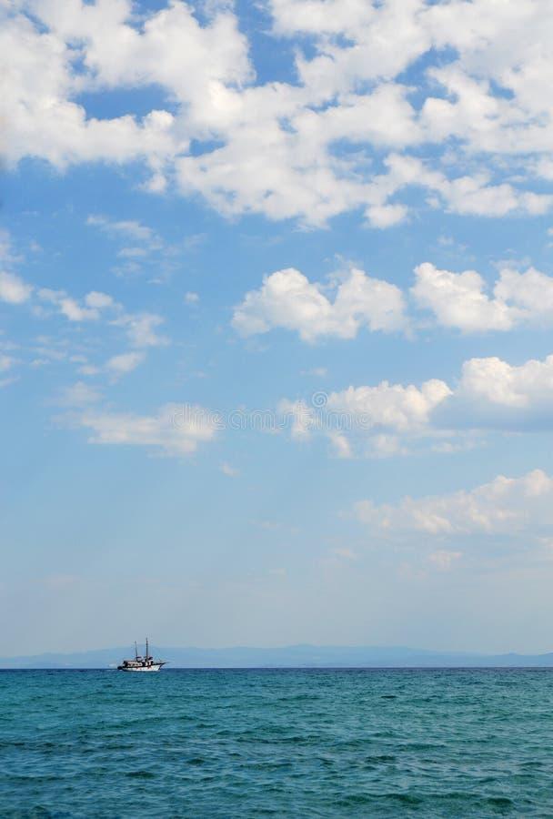 Navio do turista no mar aberto fotografia de stock