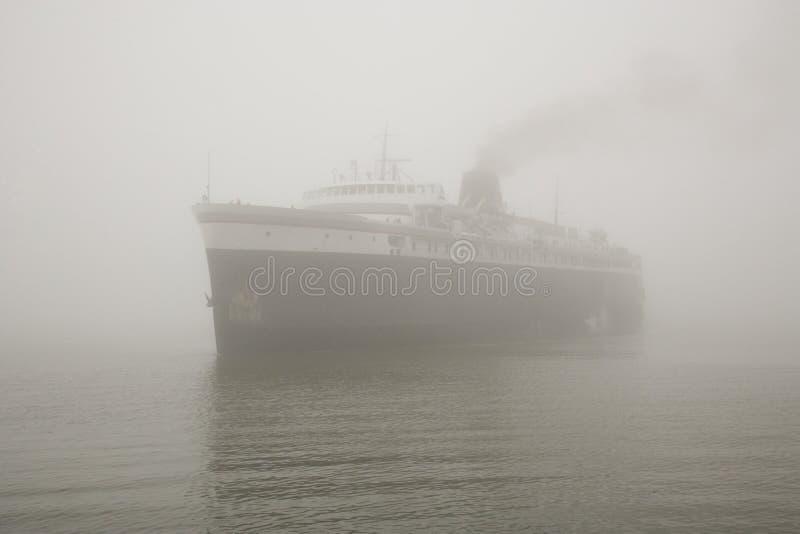 Navio do vapor na névoa fotografia de stock