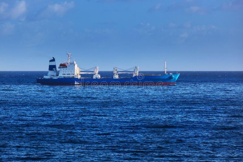 Navio e barco a motor foto de stock