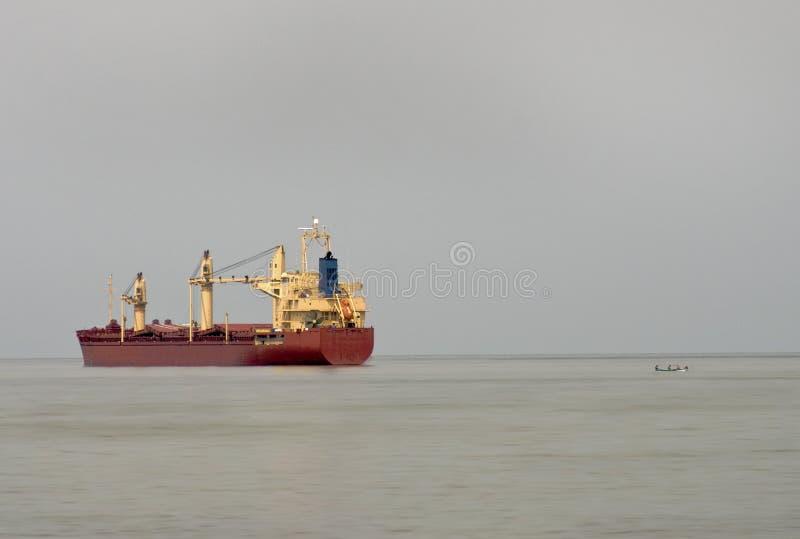 Navio e bote de carga fotografia de stock royalty free