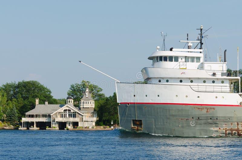 Navio e casa de carga perto de Alexandria Bay imagem de stock