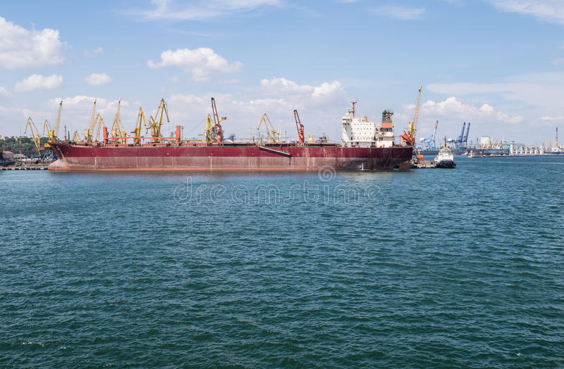 Navio e guindastes de carga no porto fotos de stock