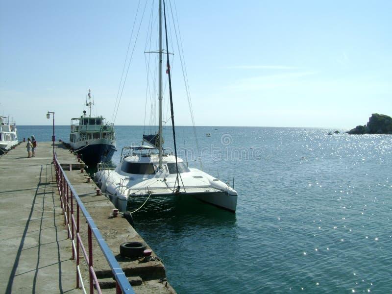 Navio e iate no beliche do mar foto de stock