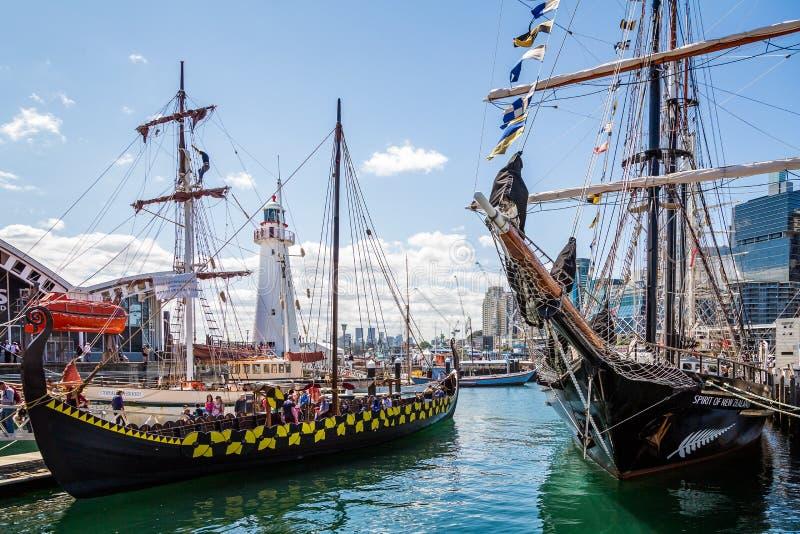 Navio e Viking Longboat altos em Darling Harbour, Sydney, fotos de stock