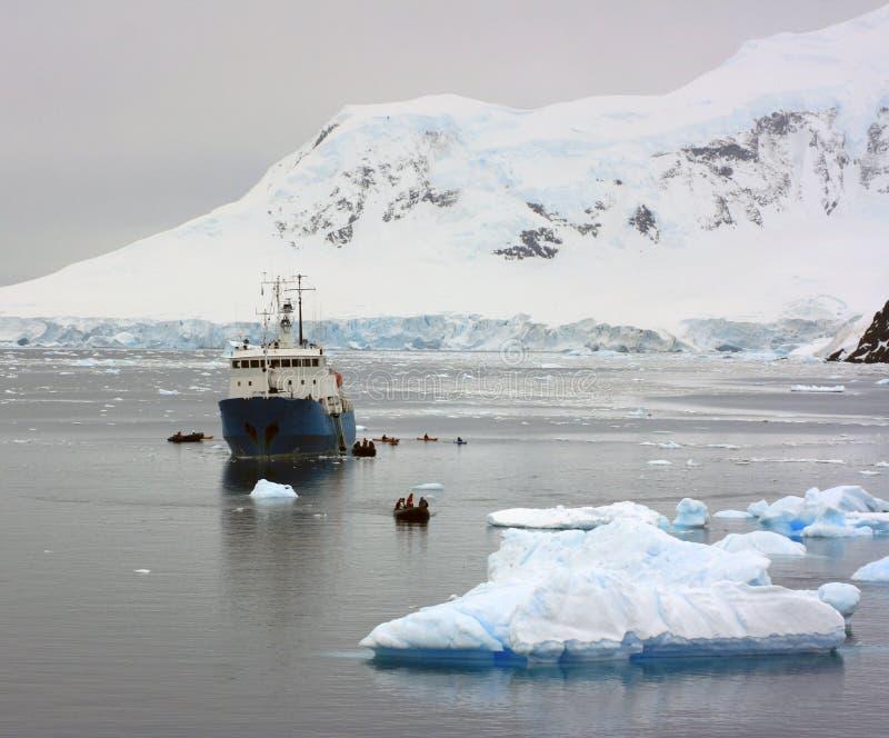 Navio em águas antárcticas imagem de stock