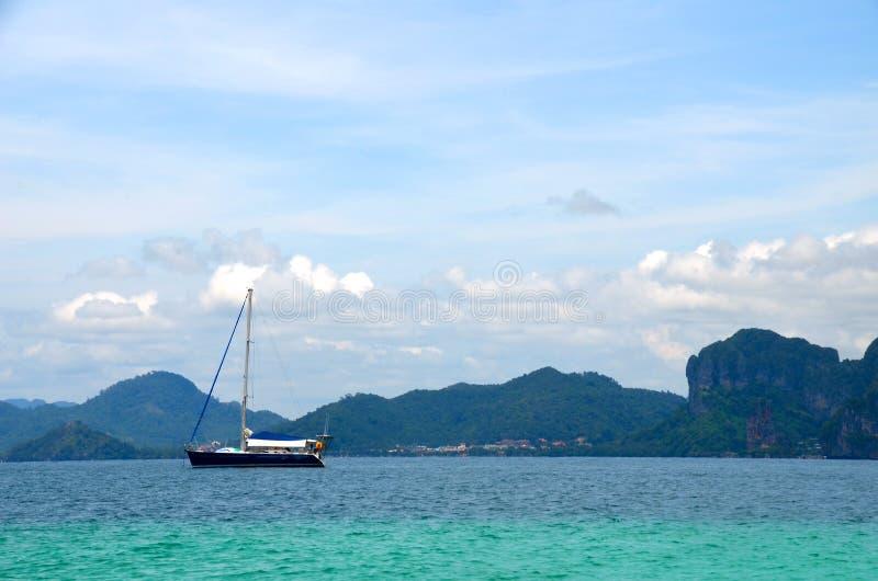 Navio em Krabi, Tailândia imagens de stock