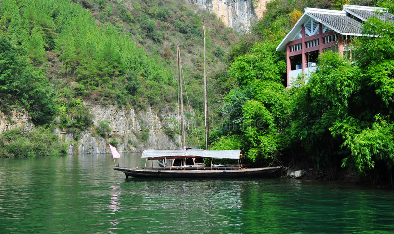 Navio em Yangtze Three Gorges pequeno em Wushan China foto de stock