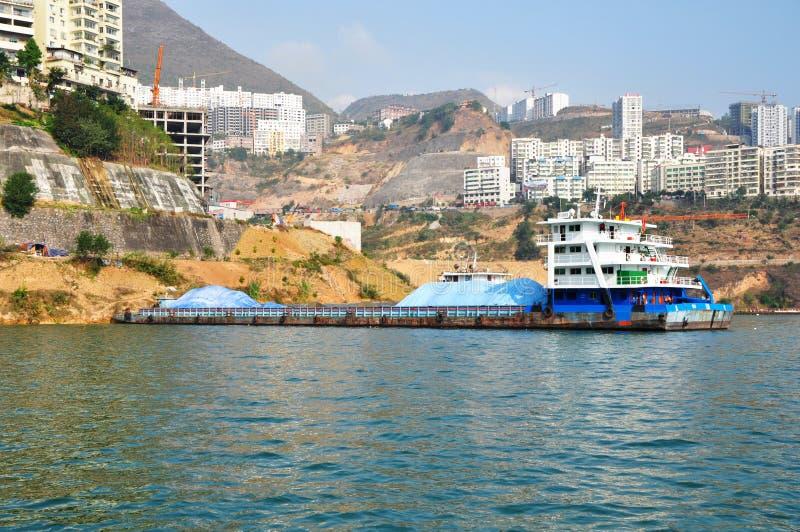Navio em Yangtze Three Gorges pequeno em Wushan China imagem de stock