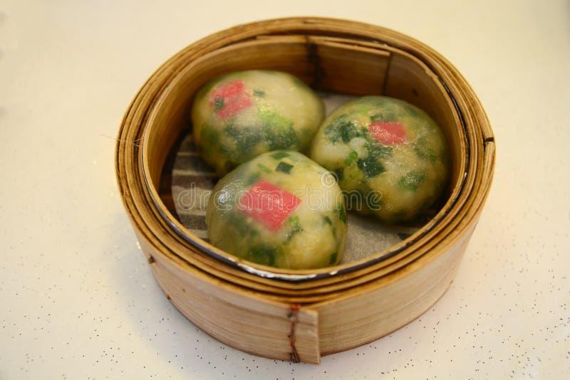 Navio enchido vegetal da bolinha de massa de Dim Sum na cesta de bambu fotografia de stock royalty free