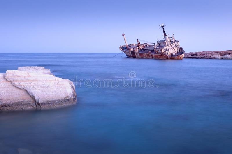 Navio enferrujado abandonado Edro III perto de Pegeia, Paphos, Chipre imagens de stock royalty free