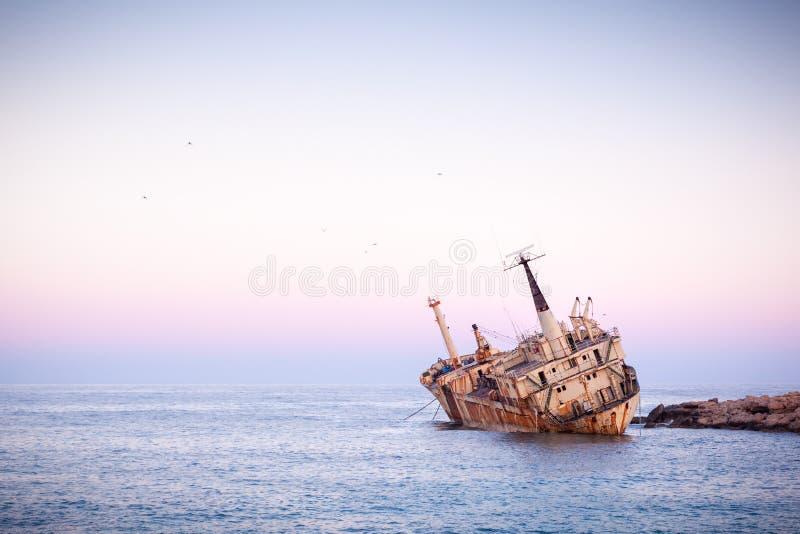 Navio enferrujado abandonado Edro III perto de Pegeia, Paphos, Chipre ao nascer do sol foto de stock