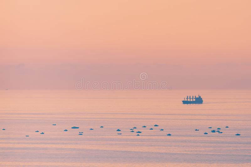 Navio grande do cargueiro e navios pequenos da pesca imagens de stock