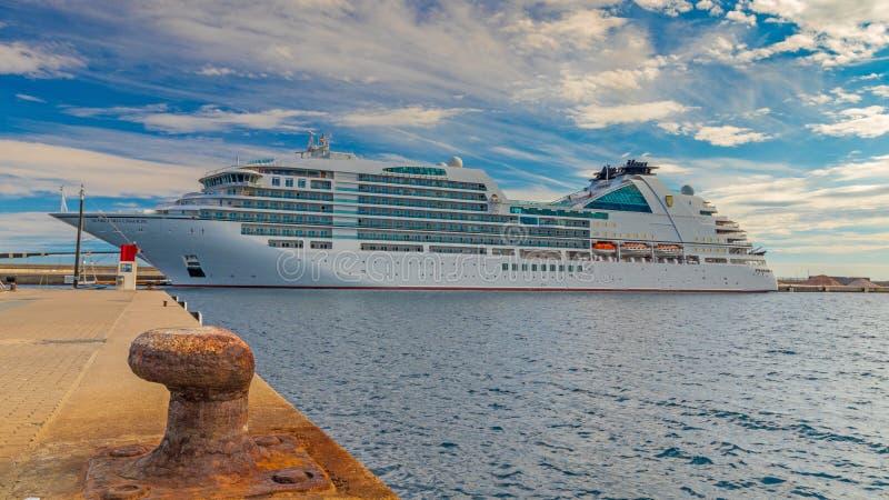 Navio grande do turista perto da cidade mediterrânea Palamos na Espanha, 15 05 Espanha 2018 fotografia de stock