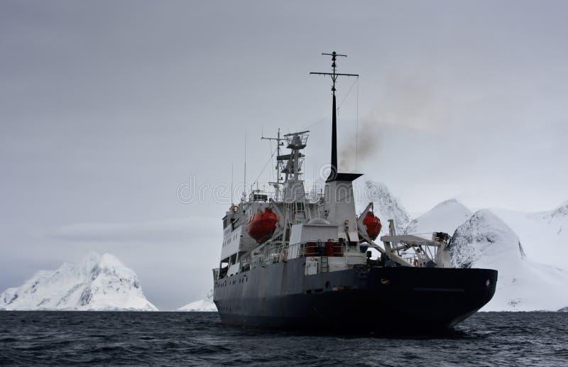 Navio grande em Continente antárctico imagem de stock royalty free