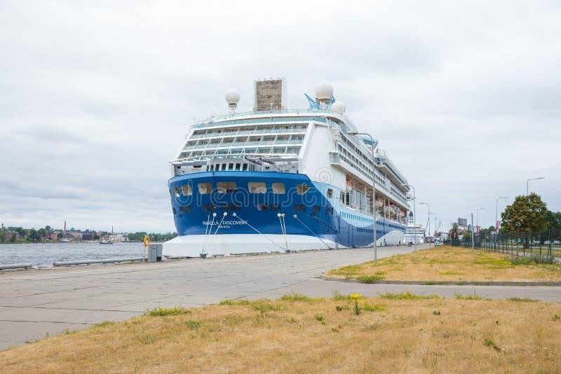 Navio grande no porto de Riga Opinião urbana da cidade fotografia de stock