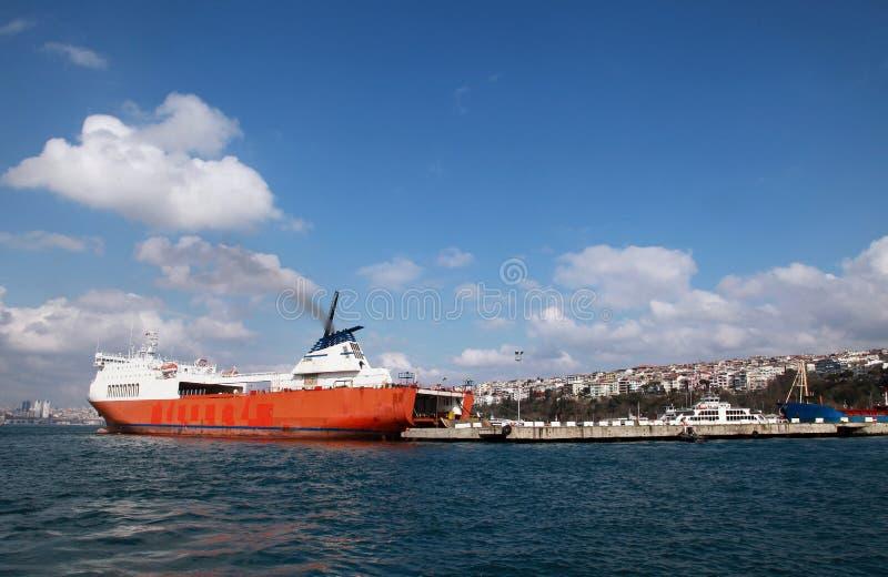 Navio industrial no mar de Bosphorus imagem de stock royalty free