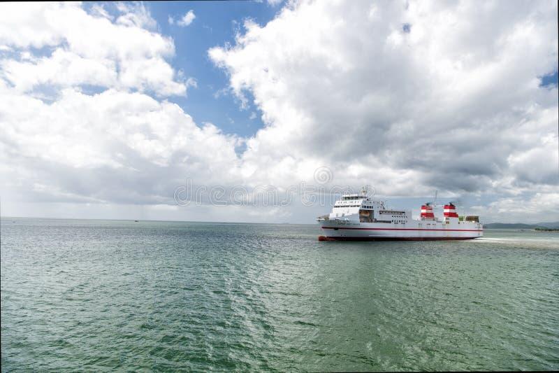 Download Navio moderno no mar azul foto de stock editorial. Imagem de cruzeiro - 80100803
