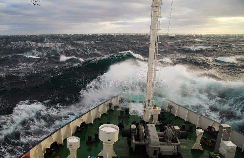 Navio na tempestade imagem de stock