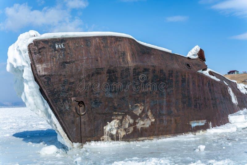 Navio no lago de gelo contra o céu azul no inverno foto de stock