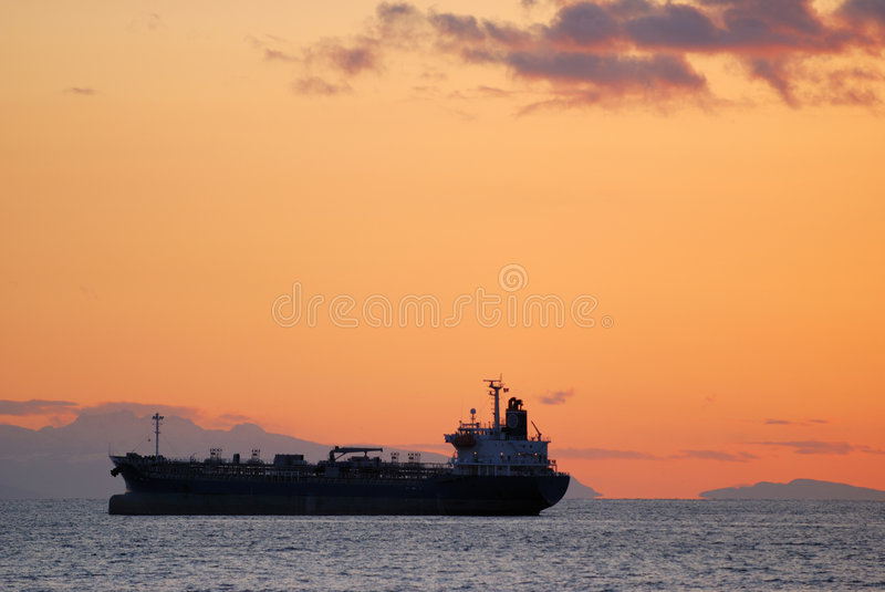 Navio no oceano no por do sol imagem de stock