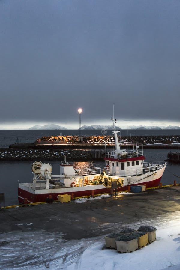 Navio no porto de Grimsey imagem de stock