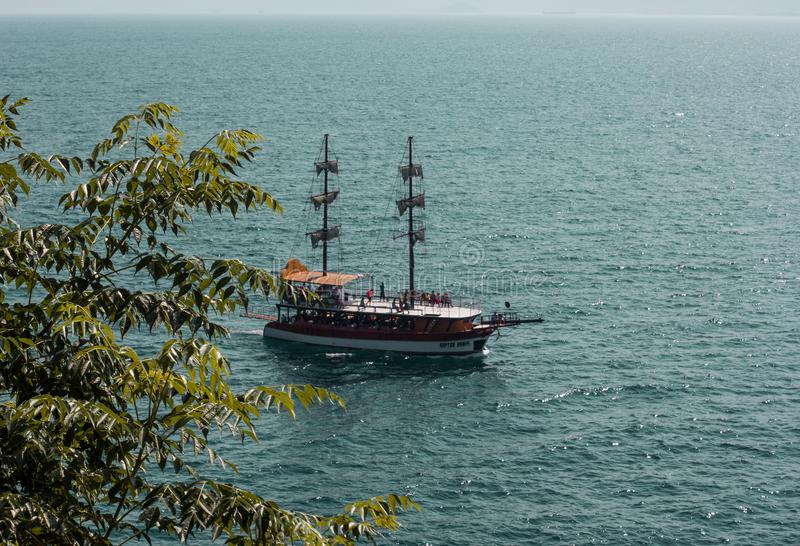 Navio no porto do mar da cidade velha Kaleici, Antalya, Turquia foto de stock