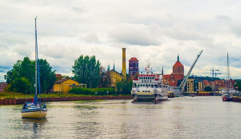 Navio pequeno do turista e um iate em Gdansk, Polônia fotos de stock
