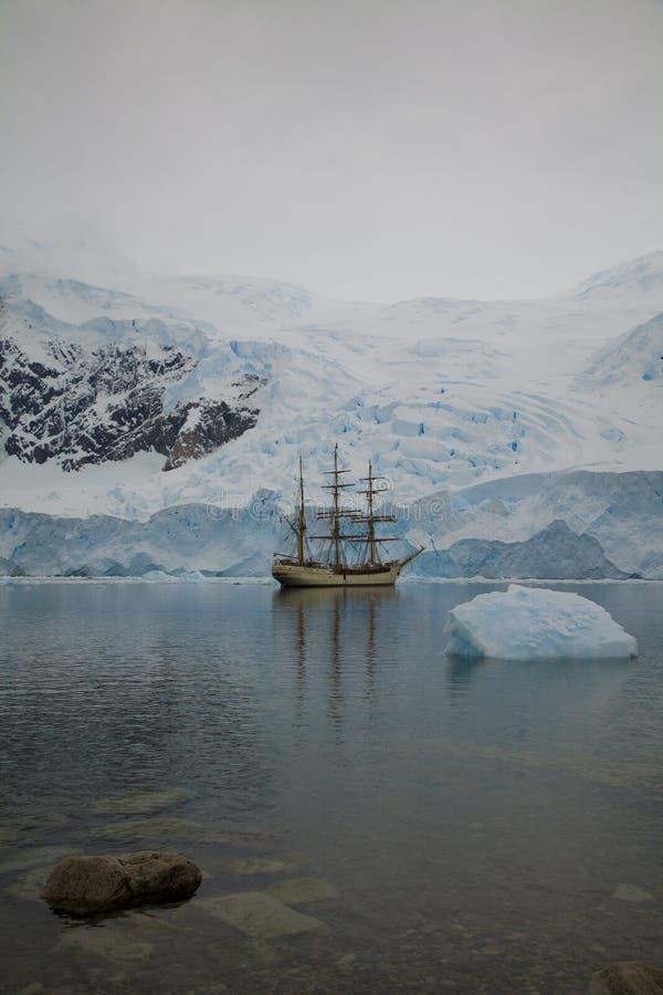 Navio perto da geleira imagens de stock
