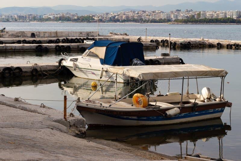 navio portuário velho da opinião da cidade do barco de pesca do seascape de Atenas do barco velho foto de stock