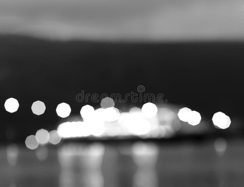 Navio preto e branco da noite de Noruega com fundo do bokeh das luzes fotografia de stock royalty free