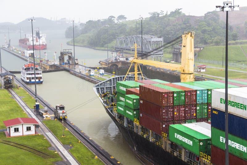 Navio que sae do canal do Panamá no fechamento de Miraflores fotos de stock