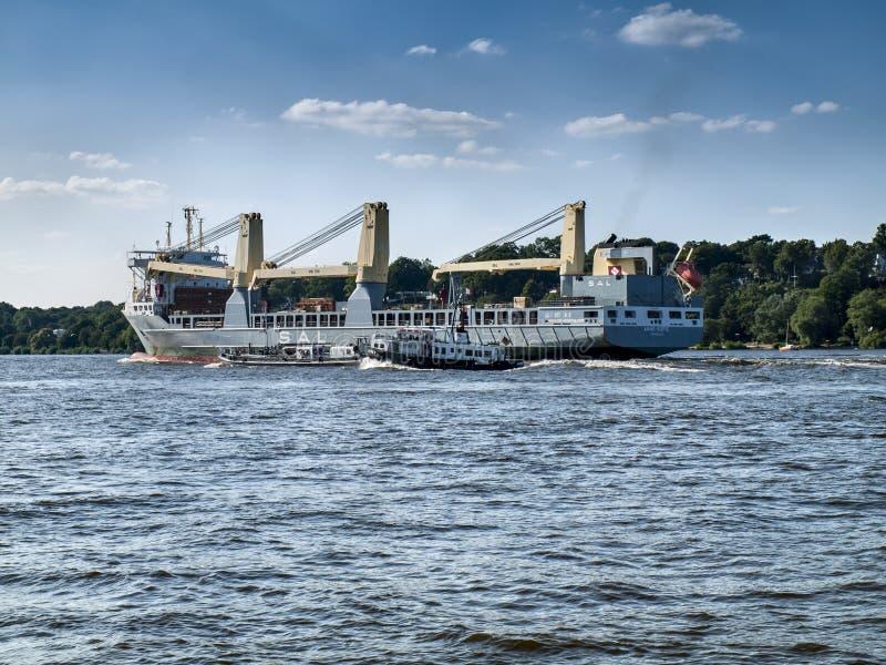 Navio que sae do porto de Hamburgo fotos de stock royalty free